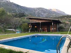 35 Kilometer entfernt von Ronda, mitten im Naturpark Sierra de la Grazalema liegt dieser idyllische 2010 erbaute Landsitz aus Holz mit 100m2 Wohnfläche, zwei Schlafzimmer, 2 Bäder, Pool, Solarstrom und 10 000m2 Land. Modern, Outdoor Decor, Home Decor, Shared Rooms, Moorish, Solar Installation, Rustic Style, Andalusia, Wood Walls