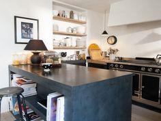 Cherchant à donner à leur cuisine un cachet particulier, des propriétaires parisiens ont opté pour du béton ciré. Plan de travail et îlot en sont intégralement recouverts. Le matériau joue à ... #maisonAPart