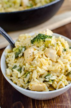 Slimming This delicious Syn Free Chicken Broccoli Cheddar Rice in cooked all in one pan and ready in 30 minutes. Perfect comfort food for the entire family to enjoy. Gluten Free, Slimming World and Weight Watchers friendly - Slimming World Lunch Ideas, Slimming World Dinners, Slimming World Chicken Recipes, Slimming Eats, Slimming Recipes, Slimming World Free, Low Fat Chicken Recipes, Slimming World Syns, Chicken Broccoli Rice
