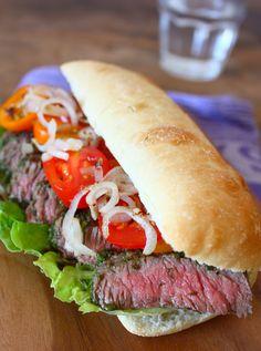 Hoe maak je thuis een perfecte steak sandwich met groene salsa als lunch of avondmaaltijd? Ik laat het je zien in dit recept.