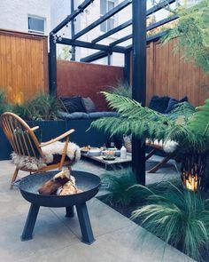 Small Outdoor Spaces, Outdoor Seating Areas, Outdoor Rooms, Outdoor Decor, Small Garden Big Ideas, Small Garden Design, Cosy Garden Ideas, Small Garden Inspiration, Small City Garden