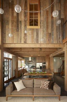 chalet habitable en bois, joli salon avec murs de planchers massifs, intérieur rustique