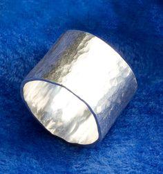 Brede dikke mat zilveren ring (ik vind niet meteen een goede voorbeeldafbeelding)