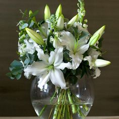 The most basic accessorizing item: fresh flowers. Bunch Of Flowers, My Flower, Fresh Flowers, Pretty Flowers, White Flowers, Flower Pots, Beautiful Flowers Garden, Beautiful Gardens, Candelabra Flowers