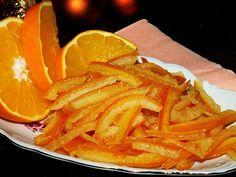 Pomeranče pořádně vydrbeme kartáčkem a horkou vodou, ať se zbavíme chemie.. Poté oloupeme na čtvrtiny a kůru vložíme do vhodné nádoby, zalejeme... Kura, Slovak Recipes, Onion Rings, Christmas Baking, Thai Red Curry, Pesto, Snack Recipes, Sweets, Fruit