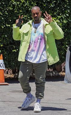 Kanye West from The Big Picture: Today's Hot Photos Peace! The rapper poses for paparazzi in a lime green jacket as he arrives at his studio in Studio City. Kanye West, Kim K And Kanye, Yeezy Outfit, Yeezy Season, Harajuku Fashion, Hottest Photos, Celebrity Style, Winter Fashion, Street Wear