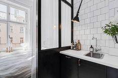 3 tjusiga compact living-lägenheter i 3 olika stilar | ELLE Compact Living, Gravity Home, Apartment Layout, Black Kitchens, Sweet Home, Furniture, Interior, Round Mirror Bathroom, Home Decor
