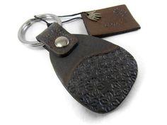 Porte clés en cuir par Cuirsetcompagnie Leather Keyring, The Black Keys, Little Flowers, Easter Gift, Black Rings, Key Rings, Etsy, Personalized Items, Handmade
