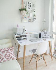 Mini office, um cantinho especial para trabalhar. Study Room Decor, Simple Desk, Bedroom Desk, Desk In Small Bedroom, Small Study Desk, Daybed Room, Small Desk Space, Small Desks, Cozy Bedroom