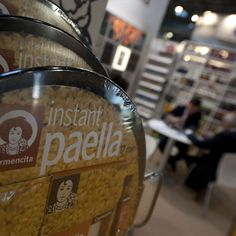 Instant Paella set holding paella seasoning mix, rice and olive oil in the correct amounts. Just add water.
