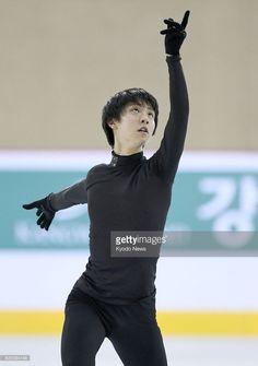 News Photo : Olympic champion Yuzuru Hanyu of Japan practices...