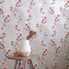 Schimmernde Tapete mit Blüten von Khrôma: JUNIPER rubinrot auf silber!
