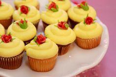 Cupcakes bella y bestia Disney Cupcakes, Cupcake Cakes, Beauty And The Beast Cupcakes, Beauty And The Beast Theme, Tea Party Birthday, Party Party, Party Ideas, Birthday Ideas, 5th Birthday