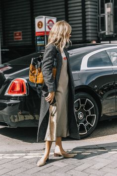 Dressing for casual Friday can still be stylish. Let this inspiration offer up some outfit ideas. Weird Fashion, Look Fashion, Fall Fashion, Cheap Fashion, Unique Fashion, Slip Dress Outfit, Dress Outfits, Work Outfits, Silk Dress