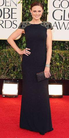 Emily Deschanel golden globe 2013 The Bones actress wowed in a Badgley Mischka jet crepe column gown with deco beading detail at the shoulder. She accessorized with a Plukka cuff. Emily Deschanel, Golden Globes 2013, Golden Globe Award, Celebrity Red Carpet, Celebrity Style, Celebrity News, Celebrity Makeup, Celebrity Pictures, Robes Glamour