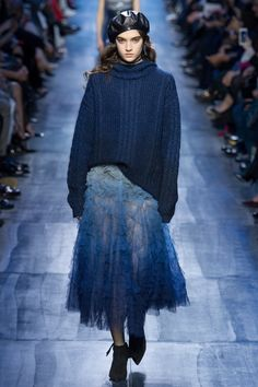 Gardening Autumn - Défilé Dior prêt-à-porter femme automne-hiver 29 - With the arrival of rains and falling temperatures autumn is a perfect opportunity to make new plantations Fashion Moda, Fashion 2017, Runway Fashion, Trendy Fashion, High Fashion, Fashion Show, Womens Fashion, Fashion Design, Fashion Trends