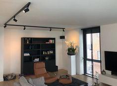 Rail spot GU10 TUBY zwart - Railspot.nl Rail Plafond, Spot Sur Rail, Home Remodeling, House Renovations, Kitchen Renovations, Split Foyer, Exterior Paint Colors For House, Craftsman Style Homes, Kitchen Lighting Fixtures
