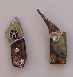Fridges magnets. De to her er brugt som køleskabs-magneter (fridge magnets). De er dekoreret på små flade sten, jeg har fundet, når jeg går med min hund i hundeskoven. Den første er ikke sat på en dominobrik, den passer bedst til at være alene.