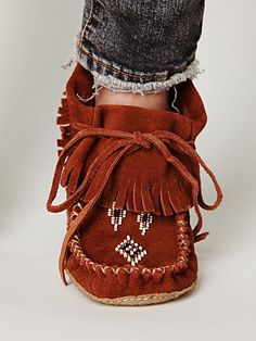 Manitobah Mukluks http://store.manitobah.com/collections/moccasins/products/trapper http://jumaka.com/moccasins/MakingMoccasins/MoccasinInstructions.htm http://www.nativetech.org/clothing/moccasin/moctext.html http://www.inquiry.net/outdoor/native/skills/moccasins.htm