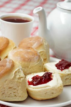 Clotted cream tea Perfect for a lazy summer afternoon with friends, serve a traditional British tea like Earl Grey or English Breakfast alongside warm scones, home-made strawberry jam and slatherings of clotted cream. Breakfast Desayunos, Afternoon Tea Parties, Mid Afternoon, Cream Tea, Clotted Cream, Tea Sandwiches, Le Diner, Tea Recipes, Brunch