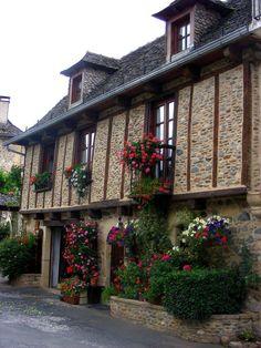 Sainte-Eulalie-d'Olt köyü (Sainte-Eulalie-d'Olt) Fransa. LiveInternet tartışması - Rus Service Çevrimiçi günlüğü Pyrenees, Cabin, House Styles, Places, Home Decor, Decoration Home, Room Decor, Cabins, Cottage