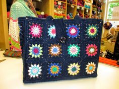 Sunburst Granny Square, Granny Square Bag, Granny Squares, Crochet Designs, Blanket, Knitting, Crochet Bags, Pattern, Crafts