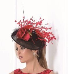 Tocado de la nueva colección de Madison realizado con flor en terciopelo rojo y una explosion de plumas de avestruz y oca