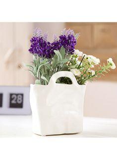 Posen vase Liten keramikkvase formet som en bærepose. Passer fint til å ha noen blomster i, eller for oppbevaring av småtteri. Kr 129,-