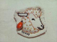 刺繍ブローチです。全て手作業で作っています。アンティークビーズ使用。縦6cm横6cm|ハンドメイド、手作り、手仕事品の通販・販売・購入ならCreema。