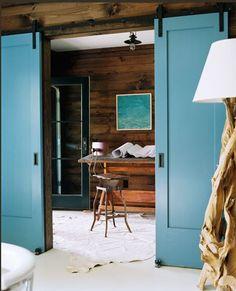 mooie deuren. Kleur staat mooi bij hout