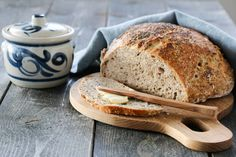 Her kommer en ny variant av det eltefrie brødet, denne gangen med blant annet chiafrø som gir ekstra saftige brød.