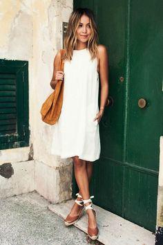 Achados da internet: espadrilha. Vestido branco, bolsa caramelo, sapato marrom