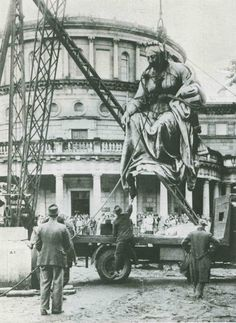 The statue of Queen Victoria being removed from Dublin,Ireland in was kept in storage until 1986 when she set sail for Australia.The statue sits outside the Queen Victoria Building in Sydney. Ireland Pictures, Old Pictures, Old Photos, Iconic Photos, Irish Independence, Victoria Building, Dublin City, Emerald Isle, Dublin Ireland