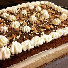 Pinky Cake, Entremets Amandes, Rhum, Café #entremets #dacquoise #entremetscafé #moussecafé #amandes #rhum #chantillyaurhum #pinkycake Dacquoise, Vanilla Cake, Pie, Tasty, Desserts, Bavarian Cream, Rum, Almonds, Recipes