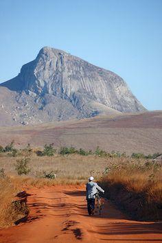 Ciclista en el P.N. de Andringrita. Madagascar. © Inaki Caperochipi Photography