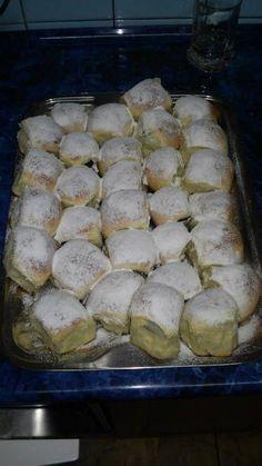 Nemáte představu co byste napekli svým dětem? Vyzkoušejte tyto kynuté buchty a naplňte je nádivkou podle své chutě. Czech Desserts, Sweet Desserts, Sweet Recipes, Challa Bread, Crockpot Recipes, Cooking Recipes, Eastern European Recipes, Waffle Cake, Food Gallery