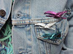 Broche vintage cigogne en plastique argenté, vert, rose, violet, bleu et rouge par Vintage Signature // vintage stork brooch from the eighties in silver, red, pink, violet, blue, green