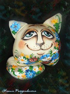 И снова доброго времени суток))) Я к Вам с котом, с котом необычным, очень даже позитивным))) История этого котика заключается в том, что он идет навстречу к своей любимой кошечке.... Он решил по дороге нарвать ей букет полевых цветов... в знак своей любви... Итак, выкройка на листе А4, ткань, как всегда сатин телесного цвета... Складываем ткань пополам, рисуем уши, туловище 1 деталь (на двое сложенной ткани = 2 дет.) и 1 деталь зеркально (=2 дет.), ито…