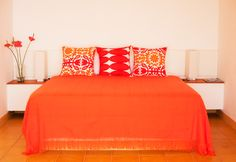 Is orange really the new black? This decor seems to think so! Simple, bright, and perfect.