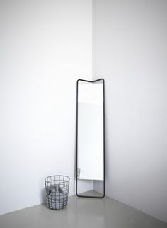 Kaschkasch Bodenspiegel von Menu verbindet clevere Innovation und auffälliges Design. Ideal für Haushalte mit begrenztem Raum. Entworfen von jungen deutschen Designern Florian Kallus und Sebastian Schneider, die zusammen als Kaschkasch Köln arbeiten.