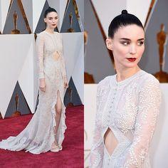 Rooney Mara ousou no look para o #Oscars2016. A atriz usou um vestido mullet branco com bordados e um recorte no centro. Que tal? (Foto: Getty Images)