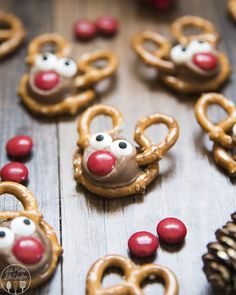 Rolo Pretzel Reindeer are not only a delicious sweet and salty treat, but they are adorable, and fun, and perfect for the Christmas season! I love rolo pretzel treats, and these rolo pretzel reindeer are Christmas Pretzels, Christmas Deserts, Christmas Appetizers, Holiday Desserts, Holiday Baking, Holiday Treats, Holiday Recipes, Christmas Christmas, Christmas Cookies For Kids
