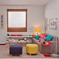Que tal investir nas cores para mudar a sala? Neste espaço, os objetos maiores, como o sofá e a parede tem tons neutros, que são quebrados por peças coloridas, dando alegria ao espaço. ⭐️ #casademenino #tips #dicas  #instadesign #decor #diy #design #style #details #interior #ideas #instadecor #decoracao #decortips #decor #arquitetura #architecture #furniture #home #homedecor #homestyle #homedesign #homeideas #lovedecor
