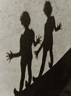 Deux ombres qui font des pieds et desmains ! / Zwei Schatten. / Two shadows. / Photo, 1939.