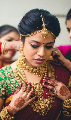 We have picked ten jewellery pieces from Navrathan Jewellers that are perfect to dress up any ensemble. Browse the gallery of best jewellery pieces for this festive season. Gold Wedding Jewelry, Gold Jewellery, India Jewelry, Temple Jewellery, Bridal Jewellery, Silver Jewelry, Wedding Makeover, Jewelry Stores Near Me, Bridal Blouse Designs