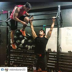 """#Repost @robinduran20  Cuando tienes un entrenador como @eliecer_guerra en @powerclubpanama te exige y te saca la ñex y en tu mente solo pasa """"una mas solo una mas"""" jajaaj #YoEntrenoEnPowerClub #CualEsTuExcusa  #workout #crossfit #bemorehuman #trainning #gym #teameliecer"""
