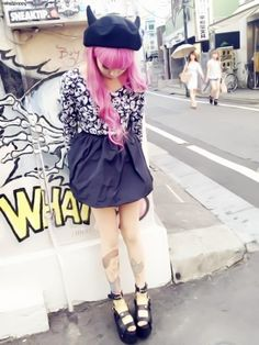 Harajuku style, love the Snow White tights. Estilo Goth Pastel, Estilo Grunge, Pastel Goth Fashion, Kawaii Fashion, Grunge Fashion, Japanese Street Fashion, Tokyo Fashion, Harajuku Fashion, Harajuku Style