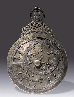 Astrolabe marocain XVIIe siècle de l'ère chrétien Anonyme Argent (2ème titre / 800/1.000ème ) - D. 111mm. L'araignée porte les noms et les positions de vingttrois étoiles dont onze (boréales) à l'intérieur… - Tessier & Sarrou - 29/06/2015