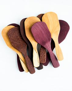The curved sides of this exotic wooden rice scoop, along with the short handle help you have more control when serving a bowl of rice.