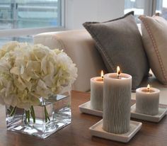Home decor, candles, flowers and comfort pillows Coastal Living Rooms, My Living Room, Living Room Decor, Mesa Colonial, Home Interior, Interior Design, Sweet Home, Deco Table, Home And Deco